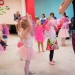 Met dansmateriaal dansen